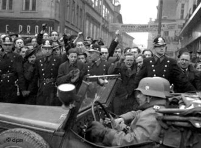 'events in czechoslovakia in 1938 1939 played As a protest against hitler's attitude towards czechoslovakia, a number of women wearing gas masks and carrying placards started a 48-hour vigil, september 29, 1938 outside the building in which the german consulate has offices.